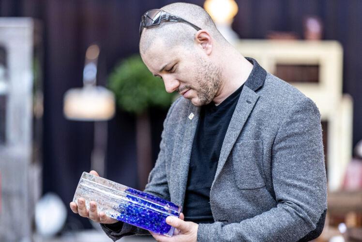 PJ knuffelt vaas Pieter Jan Bonte